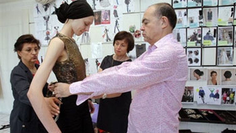 Christian Lacroix dans son atelier, le 6 juillet 2009 (© AFP - Pierre Verdy)