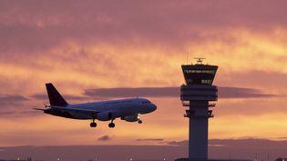 Un avion atterrit à l'aéroport de Bruxelles (Belgique), le 20 décembre 2014. (NICOLAS MAETERLINCK / BELGA MAG / AFP)