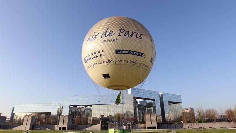 Le ballon Airparif mesure la qualité de l'air, dans le XVe arrondissement de Paris. (KENZO TRIBOUILLARD / AFP)