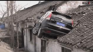 Une voiture encastrée dans une maison à Taizhou, dans la province de Jiangsu, en Chine, le vendredi 10 mars 2017. (BBC / CAPTURE D'ECRAN)