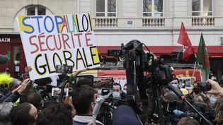 Manifestation des syndicats de journalistes et des gilets jaunes devant l'Assemblée nationale, contre le projet de loi sur la sécurité globale. (S?BASTIEN MUYLAERT / MAXPPP)