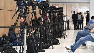 Des caméras installées devant l'entrée de la salle d'audience de la cour d'assises spécialement composée pour le procès des attentats de janvier 2015, au tribunal judiciaire de Paris, le 9septembre 2020. (STEPHANE DE SAKUTIN / AFP)