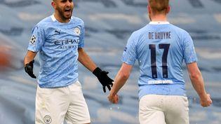 Riyad Mahrez et Kevin De Bruyne, deux des artisans majeurs du sacre de City en Premier League, ici lors de la demi-finale de Ligue des champions contre Paris le 4 mai 2021. (PAUL ELLIS / AFP)