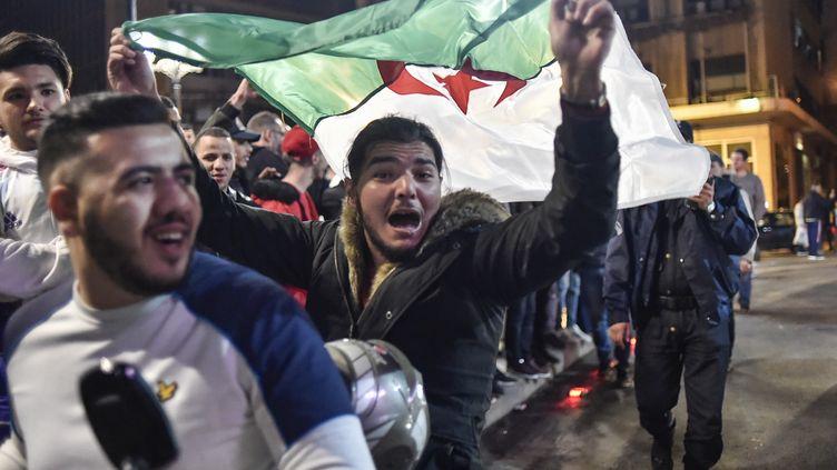 Des Algériens font la fête après le renoncementd'Abdelaziz Bouteflika à un cinquième mandat,le 11 mars 2019, à Alger. (RYAD KRAMDI / AFP)