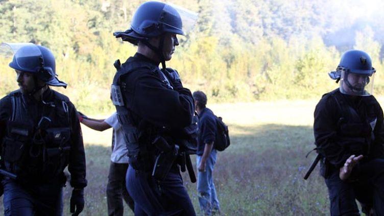 (Les gendarmes (ici le 1er septembre, sur le site du barrage contesté embarrassés par les révélations du Monde © MaxPPP)