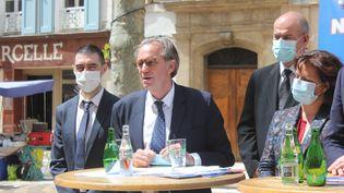 Le président LR de la région Sud Provence-Alpes-Côte d'Azur, Renaud Muselier, entouré de colistiers, lors d'un déplacement de campagne à Manosque (Alpes-de-Haute-Provence), le 19 mai 2021. (CLEMENT PARROT / FRANCEINFO)