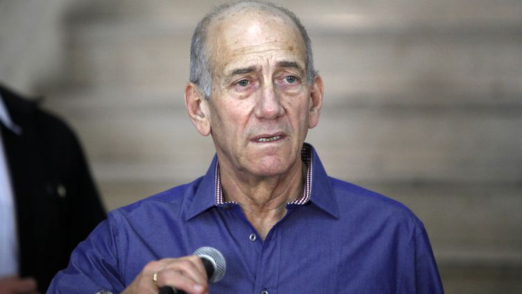 L'ancien Premier ministre Ehud Olmerts'adresse à la presse, à la sortie d'un tribunal de Jérusalem (Israël),le 24 septembre 2012. (GALI TIBBON / AFP)
