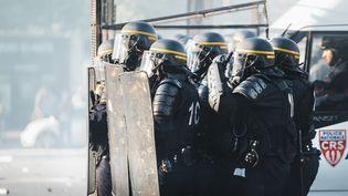 Des policiers lors d'une manifestation contre la loi Travail, à Paris, le 17 mai 2016. (SIMON GUILLEMIN / HANS LUCAS /AFP)