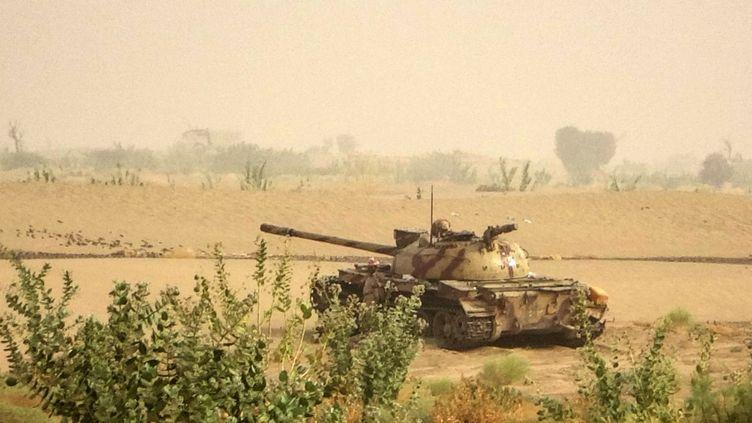 Un tank situé près de la ligne de front face aux rebelleshouthissoutenus par l'Iran dans la province de Marib,au Yémen, le 19 juin 2021. (AFP)