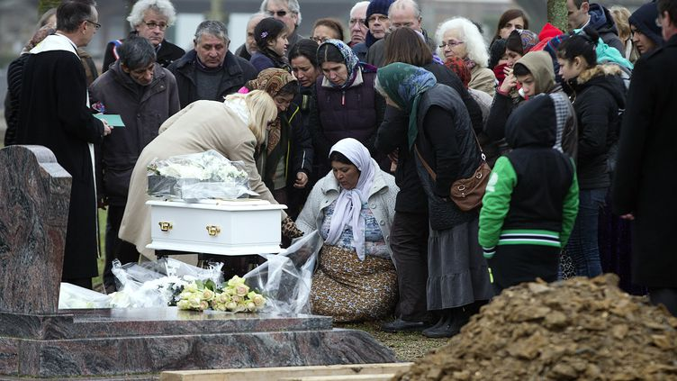La mère de Maria Francesca (au centre) lors des funérailles de son bébé, le 5 janvier 2015 dans le cimetière de Wissous (Essonne). (JOEL SAGET / AFP)