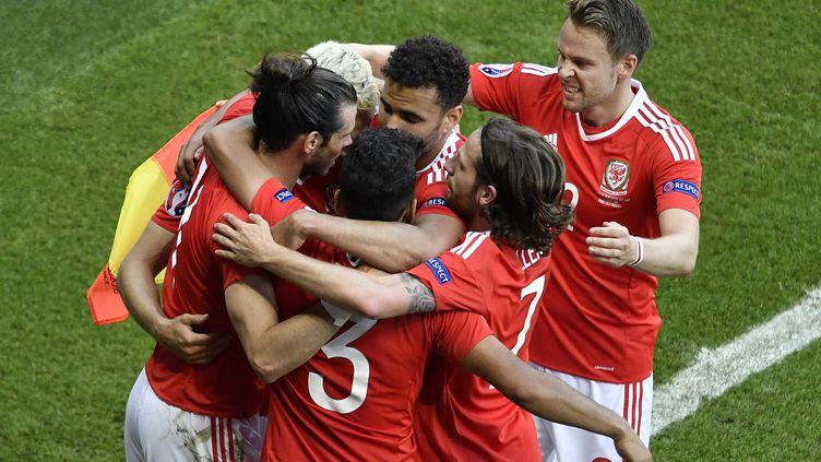 Gareth Bale (à gauche) et les joueurs du pays de Galles se félicitent après l'ouverture du score face à l'Irlande du Nord, lors de l'Euro 2016. (PHILIPPE LOPEZ / AFP)