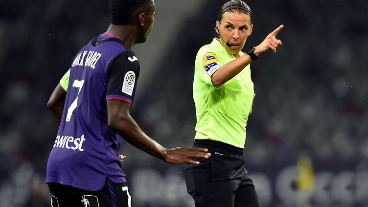 Stéphanie Frappart aux commandes d'un match de Ligue 1 entre Toulouse et Lille (REMY GABALDA / AFP)