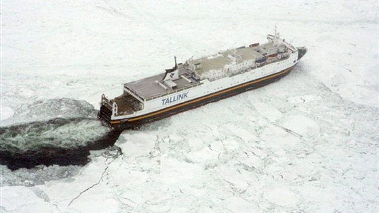 Un des bateaux pris dans la glace de la mer Baltique, le 4 mars 2010. (AFP/HO/Swedish Coast Guard/STRINGER)