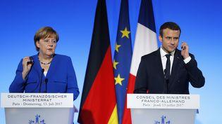 La chancelière allemande Angela Merkel et le président français Emmanuel Macron lors d'une conférence de presse commune à l'Elysée, à Paris, le 13 juillet 2017. (PATRICK KOVARIK / AFP)