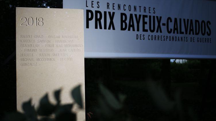 Une stèle dévoilée, avec le nom de 64 journalistes morts entre mai 2017 et mai 2018, le 11 octobre 2018 pour la 25e édition du Prix Bayeux-Calvados. (CHARLY TRIBALLEAU / AFP)