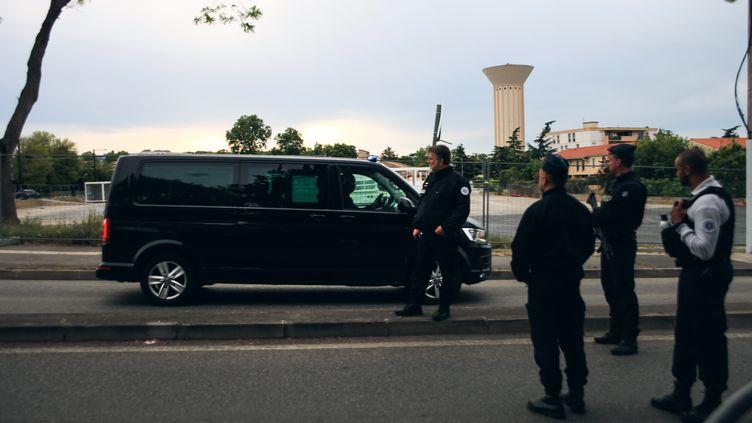 Des policiers à Blagnac, où une prise d'otages a eu lieu dans un bureau de tabac, le 7 mai 2019. (VALENTIN BELLEVILLE / HANS LUCAS / AFP)
