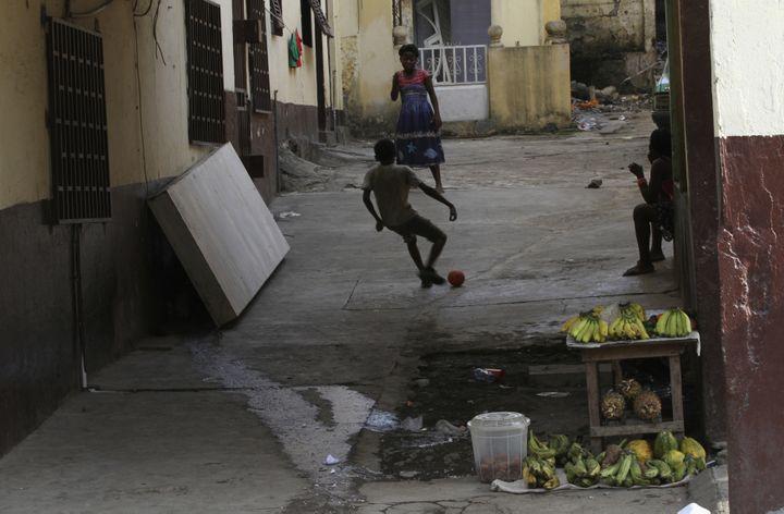 Des enfants jouent au football dans une rue de Malabo (Guinée équatoriale). (REUTERS / LUC GNAGO)