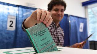 Un électeur vote le 4 mars 2018 à Milan (Italie), lors des élections législatives. (MIGUEL MEDINA / AFP)