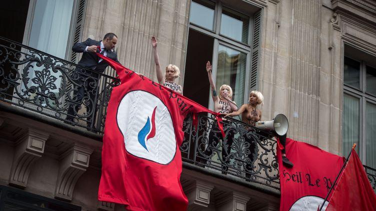 Des militantes Femen perturbent le discours de Marine Le Pen à Paris, le 1er mai 2015. (MICHAEL BUNEL / NURPHOTO / AFP)