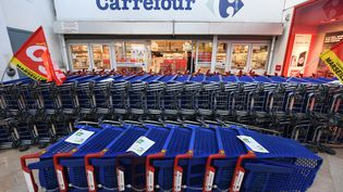 Des employés du magasin Carrefour, à Marseille, ont bloqué l'entrée ce samedi, pour dénoncer la suppression prévue de 2 400 postes. (BORIS HORVAT / AFP)