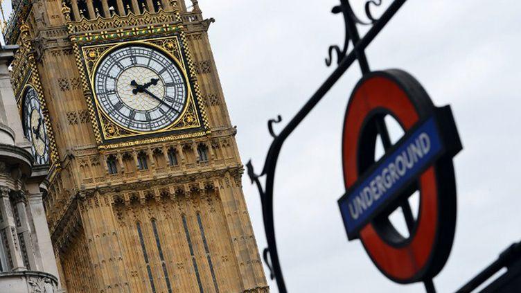 Deux des symboles de Londres: Big Ben et le métro, le plus vieux du monde