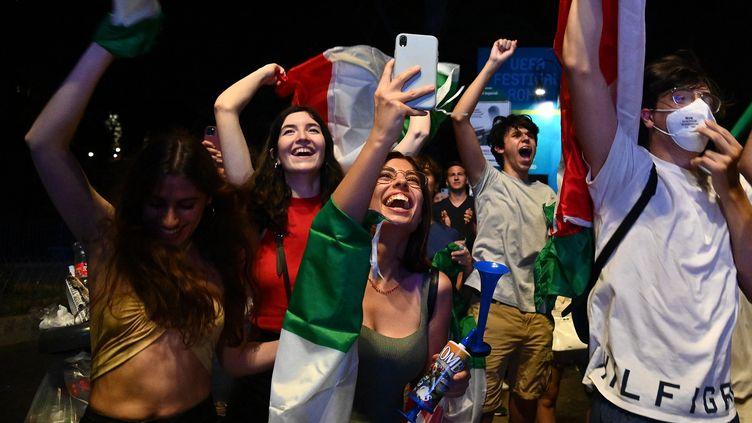 Gianluigi Donnarumma écarte l'ultime tentative de Bukayo Saka... et les supporters italiens réunis dans la fanzone des Fori Imperiali, à Rome, peuvent exploser. C'est le début d'une très longue nuit de liesse. (VINCENZO PINTO / AFP)