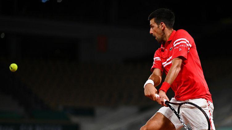 Aucun souci pour Novak Djokovic au 1er tour de Roland-Garros 2021. (CHRISTOPHE ARCHAMBAULT / AFP)