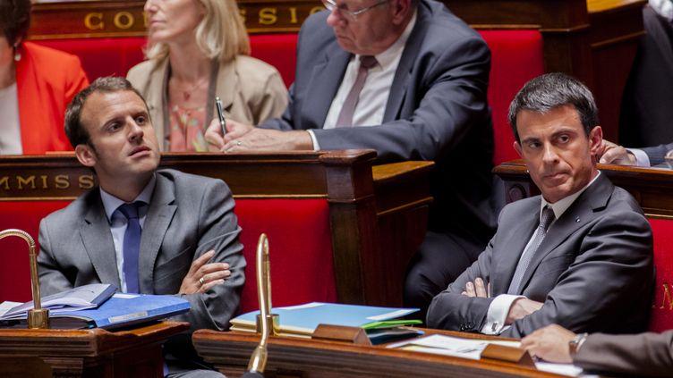 Le ministre de l'Economie, Emmanuel Macron, et le Premier ministre, Manuel Valls, dans l'hémicycle de l'Assemblée nationale, à Paris, le 9 juin 2015. (AURELIEN MORISSARD / CITIZENSIDE / AFP)