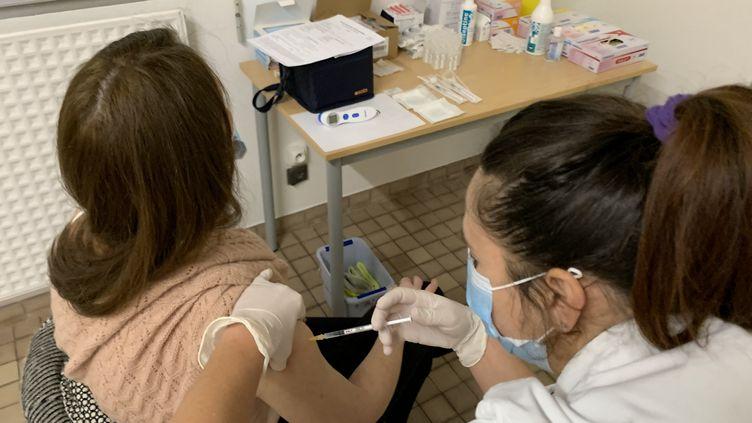 Un membre du personnel hospitalier de Mont-de-Marsan dans les Landes se fait vacciner contre le Covid-19. (RENAUD BIONDI-MAUGEY / RADIOFRANCE)