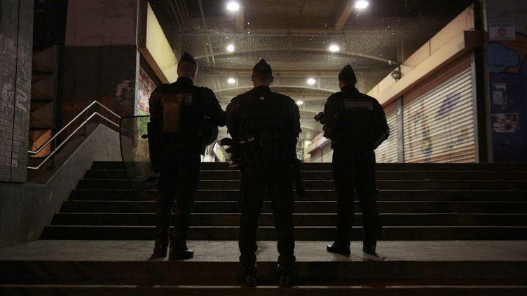 Des policiers français, dans le quartier de la Rose des Vents, à Aulnay-sous-Bois, le 7 février 2017. (GEOFFROY VAN DER HASSELT / AFP)