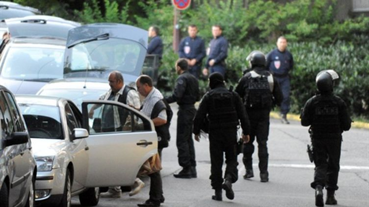 Déploiement de policiers dans le quartier de la Villeneuve à Grenoble le 4 août 2010 (AFP - JEAN-PIERRE CLATOT)
