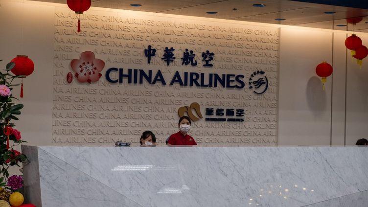 Une photo prise dans l'aéroport international de Songshan où les hotesses d'accueil portent des masques respiratoires, le 22 janvier 2020. (WALID BERRAZEG / HANS LUCAS / AFP)
