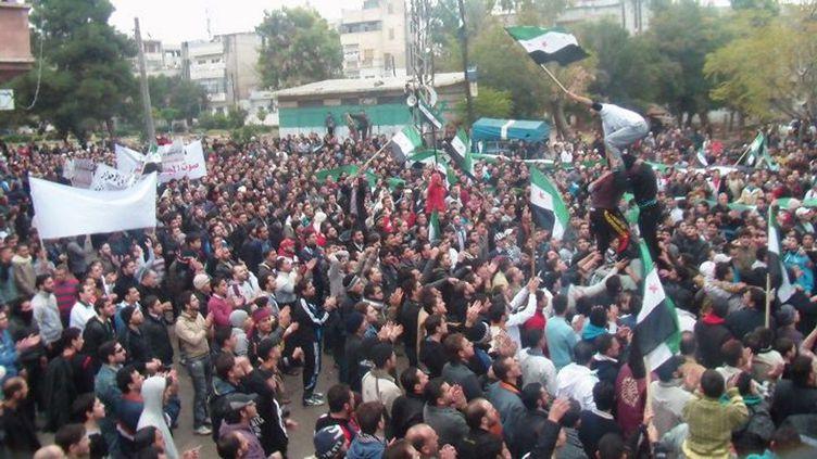 Des manifestants dans les rues de Homs, en Syrie, le 18 novembre 2011. (REUTERS)