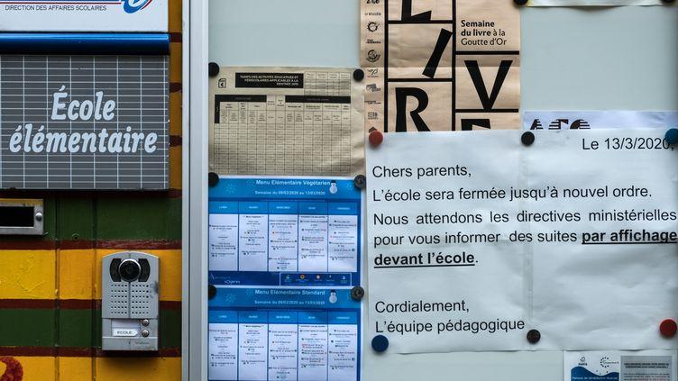 Une entrée d'école fermée, à Paris, le 14 mars 2020 (illustration). (JOEL SAGET / AFP)