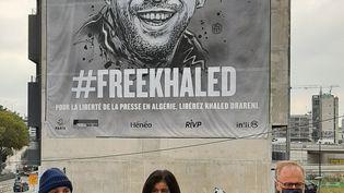 Près du périphériqueparisien, l'ONG Reporters sans Frontières déploie une bâche de 300m2, #FreeKhaked  (ERIC VALMIR / RADIO FRANCE / FRANCE INFO)