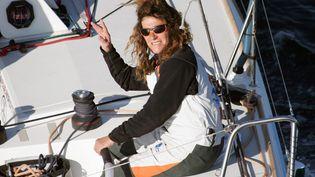 Florence Arthaud à bord de son monocoque au large de la Bretagne, en 2007. (MARCEL MOCHET / AFP)