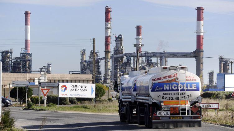 La raffinerie de Donges (Loire-Atlantique), le 22 octobre 2010. (JEAN-SEBASTIEN EVRARD / AFP)