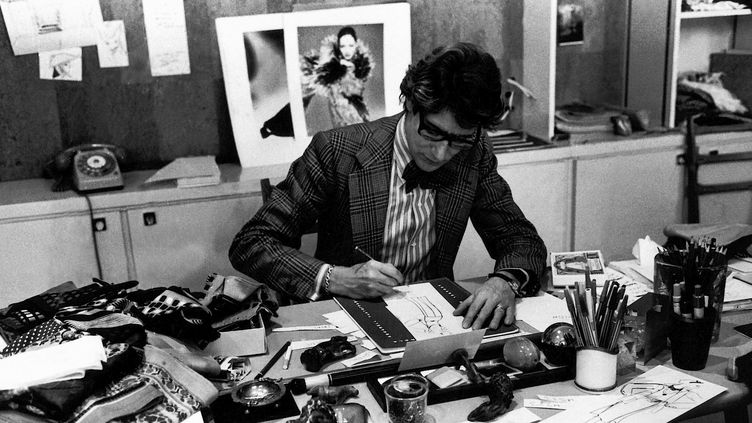 Le couturier Yves Saint Laurent à son bureau en 1976  (Fondation Pierre Bergé - Yves Saint Laurent Paris photo. Guy Marineau)