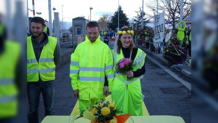 """Deux """"gilets jaunes"""" se marient symboliquementau péage de Séméac, près de Tarbes (Hautes-Pyrénées), le 8 décembre 2018. (JACQUES COMTE / TWITTER)"""