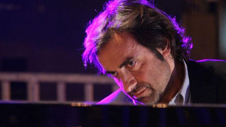 André Manoukian au piano, le 23 avril 2010 à Paris  (Charly Triballeau / AFP)