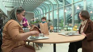 L'État encourage le télétravail et fixe de nouvelles règles aux restaurants d'entreprise.Dèsmercredi24 mars, les salariés devront déjeuner à 2 mètres les uns des autres. (France 2)