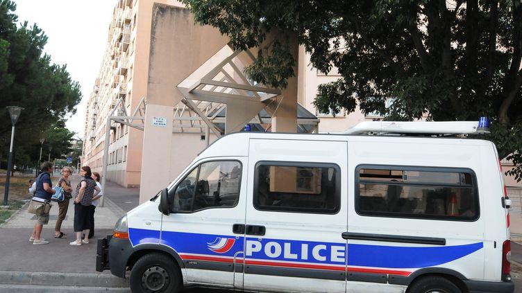 Devant l'immeuble où s'est produit le drame, le 20 août 2012 à Toulouse (Haute-Garonne). (PASCAL PAVANI / AFP)