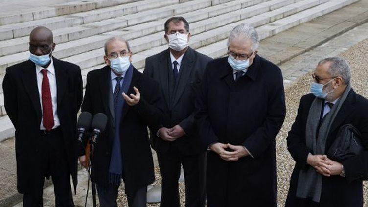 Mohammed Moussaoui (2e à gauche), président du Conseil français du culte musulman, Chems-Eddine Hafiz, recteur de la grande Mosquée de Paris (2e à droite) et d'autres représentants du CFCM, à l'Elysée, à Paris, le 18 janvier 2021. (LUDOVIC MARIN / AFP)