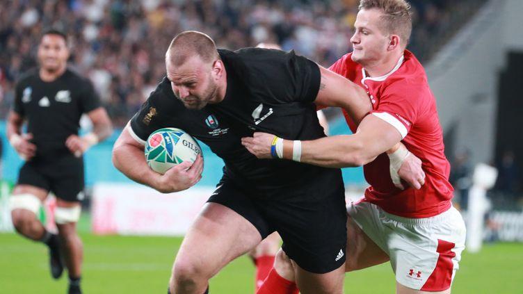 Le Néo-ZélandaisJoe Moody marque un essai lors du match pour la 3e place de la Coupe du monde de rugby face au pays de Galles, le 1er novembre 2019 à Tokyo. (DAISUKE TOMITA / YOMIURI / AFP)