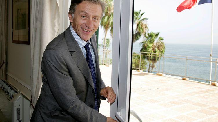"""Jean-Christophe Rufin, le 17 septembre 2007, prenant ses fonctions d'ambassadeur de France au Sénégal, à Dakar. Cette expérience dans la """"Françafrique"""" nourrit son dernier roman, Le Flambeur de la Caspienne. (SEYLLOU DIALLO / AFP)"""
