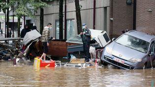 Dans la ville belge de Verviers, après de fortes pluies et des inondations, les habitants évacuent leur domicile, le 15 juillet 2021. (FRANCOIS WALSCHAERTS / AFP)
