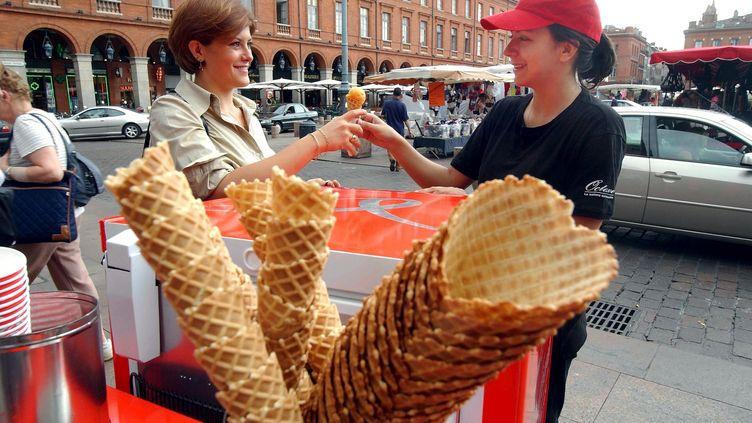 Une marchande de glaces à Toulouse (Garonne), le 4 avril 2004. (MAXPPP)