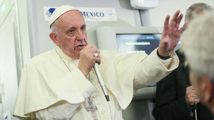 Le pape François s'est adressé à des journalistes,dans l'avion qui le ramenait du Mexique à Rome, jeudi 18 février 2016. (ALESSANDRO DI MEO / AFP)