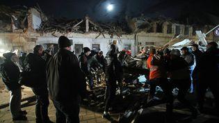 Des bénévoles dans des décombres suite au séisme du 29 décembre 2020 à Petrinja (Croatie). (DAMIR SENCAR / AFP)