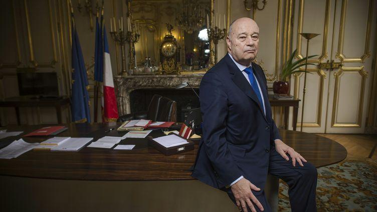 Jean-Michel Baylet pose dans son bureau de ministre de l'Aménagement du territoire, de la Ruralité et des Collecitivités territoriales, le 10 mars 2016, à Paris. (LIONEL BONAVENTURE / AFP)
